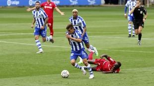 Pere Pons conduce un balón en el partido ante el Elche del pasado...