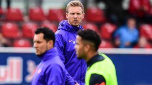 Nagelsmann dirigiendo una sesión de entrenamiento con el Leipzig