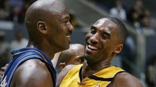 Michael Jordan y Kobe Bryant sonríen durante un partido entre los...