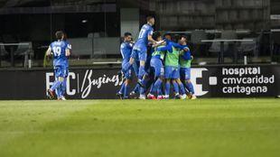 Los jugadores del Fuenlabrada celebran el gol del empate ante el...