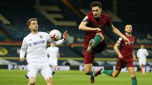 Max Kilman despeja un balón durante el partido ante el Leeds United.