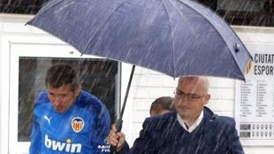 Alex Navarro acompañando a Celades a una rueda de prensa.