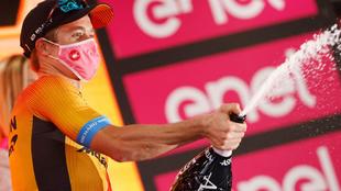 Jon Tratnik celebra en el podio