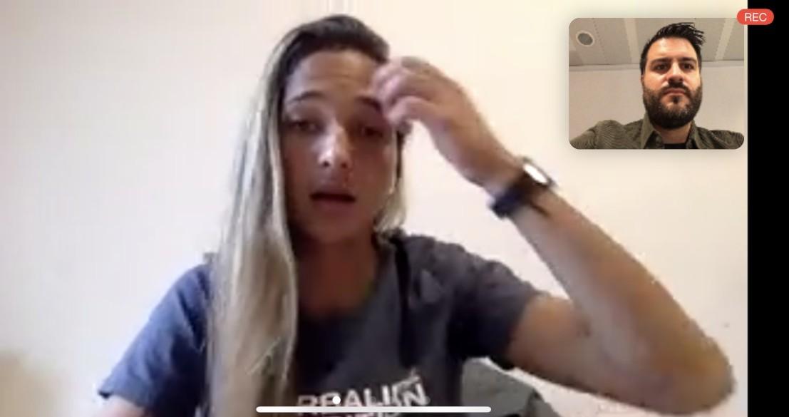 Momento de la entrevista con Deyna Castellanos.