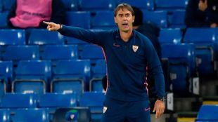 Julen Lopetegui (54) da indicaciones a los jugadores en Stamford...