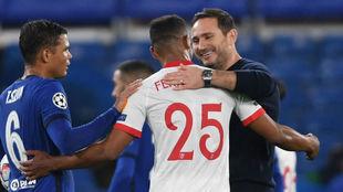Fernando conversa con Lampard y Thiago Silva.
