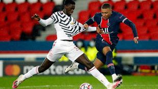 Tuanzebe le quita un balón a Mbappé en el PSG-Manchester United de...