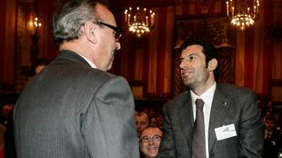 Figo y Gaspart se saludan en un evento.