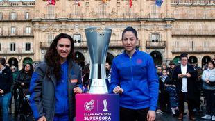 Nahikari García posa con la azulgrana Vicky Losada, antes de la...