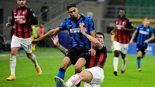 Achraf intenta superar a Romagnoli en el último derbi.