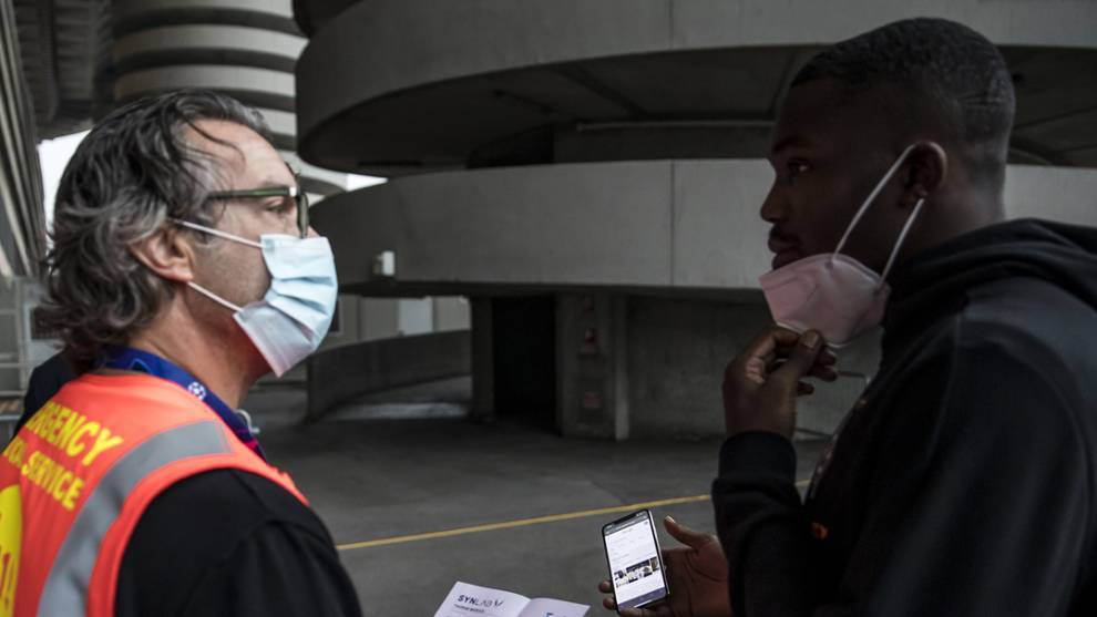 Thuram mostrando una foto suya al agente de seguridad.