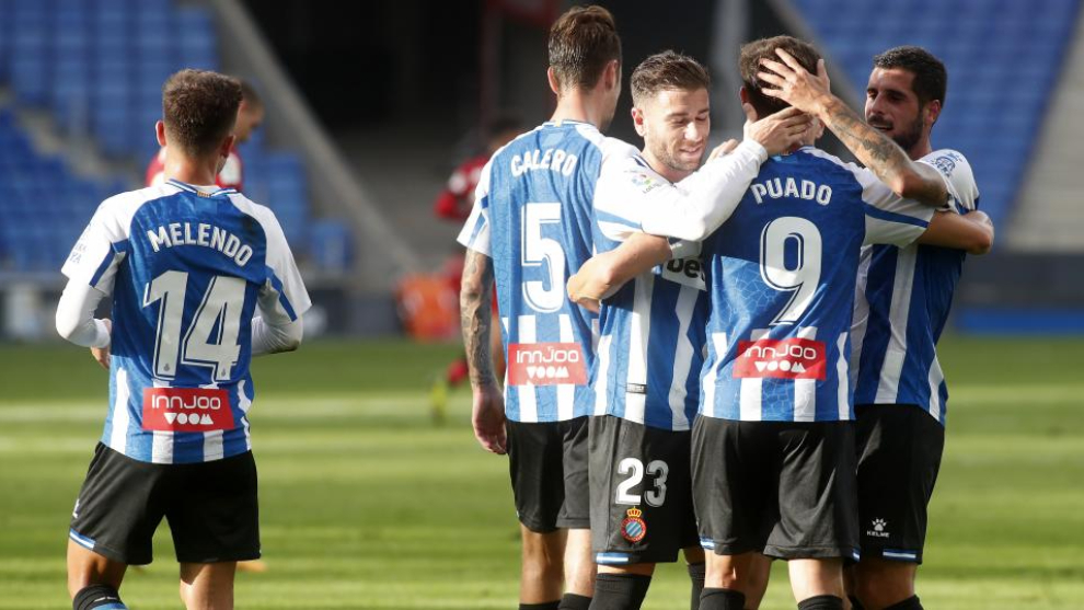 Calero, Embarba y Fran Mérida celebran con Puado  el segundo gol...