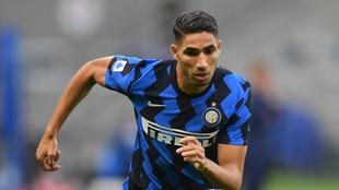 Achraf Hakimi en un duelo con el Inter de Milán.