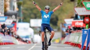 Marc Soler celebra el triunfo en la línea de meta