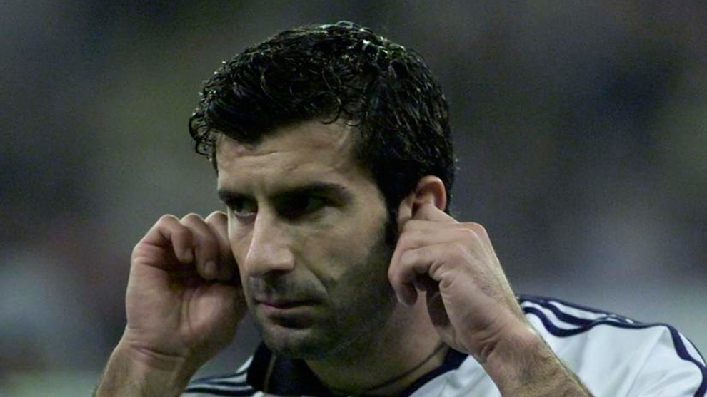 Luis Figo se lleva los dedos al oído durante un Clásico en el Camp...