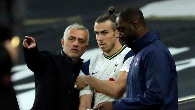 Mourinho da instrucciones a Bale antes de saltar al césped.