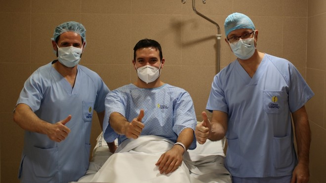 El jugador del Ademar, con los doctores Flores y Leyes antes de la...
