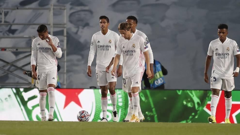 Los jugadores del Real Madrid, cabizajos tras el primer tanto del...