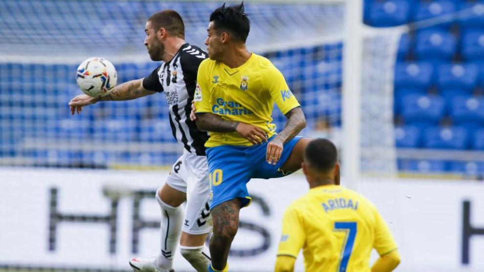 Araujo lucha con Gálvez para hacerse con el balón