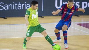 Borja y Ferrao disputan un balón.