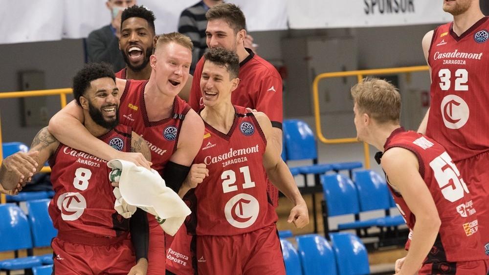 Los jugadores del Casademont Zaragoza celebran el triunfo en Polonia.