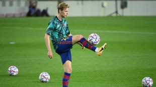 Frenkie de Jong controla un balón.