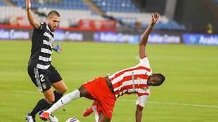 El goleador Sadiq intenta controlar el balón ante la presión de...