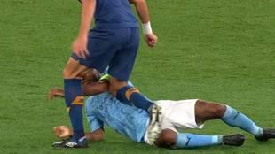 A Pepe casi se le cruza otra vez el cable: rodillazo a Sterling... ¿y pisotón?