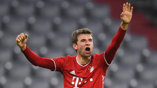 Thomas Müller protesta una acción en el partido ante el Atlético de...