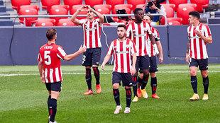 Los jugadores del Athletic celebran el gol de Berenguer al Levante