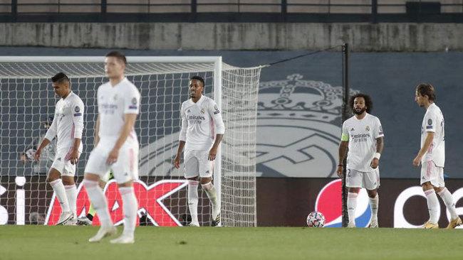 Los jugadores del Real Madrid, tras encajar uno de los goles