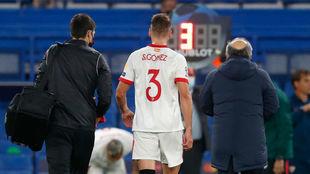 Sergi Gómez sale de Stamford Bridge.