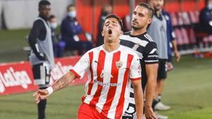 Cristian Olivera pierde un balón en la banda frente al Cartagena.