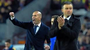 Zidane, junto a Luis Enrique, en un partido en el Camp Nou.