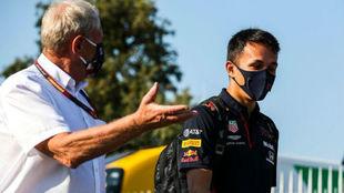 Helmut Marko y Alexander Albon, en un Gran Premio de este año.