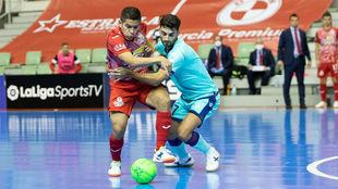 Rubi disputa un balón con Cholo Salas en el partido del pasado...