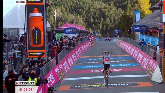 Jay Hindley cruza la línea de meta de la 18ª etapa del Giro de...