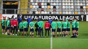 Los jugadores realistas escuchan a Imanol Alguacil en el HNK Rijeka...