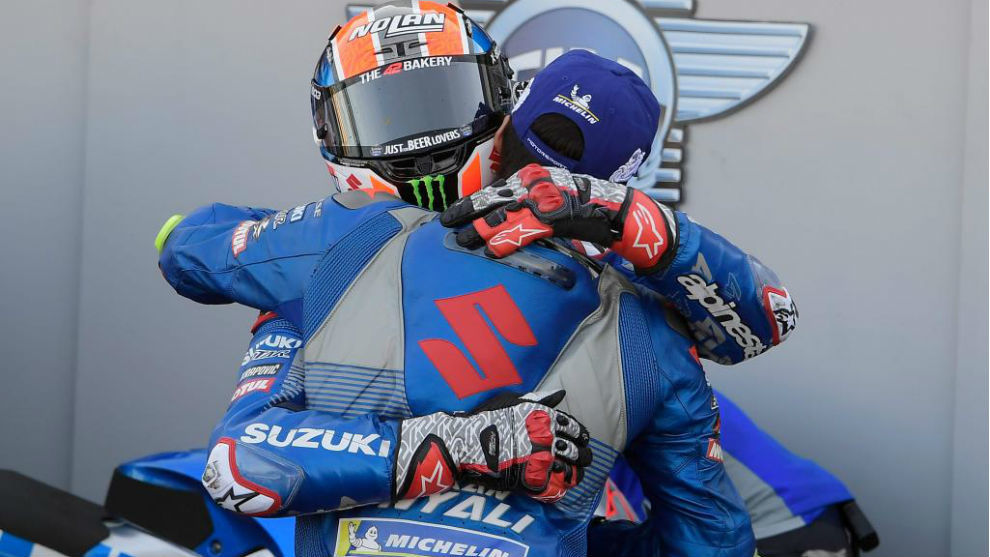 Rins, con casco, se abraza con Mir, con gorra, tras la carrera de...