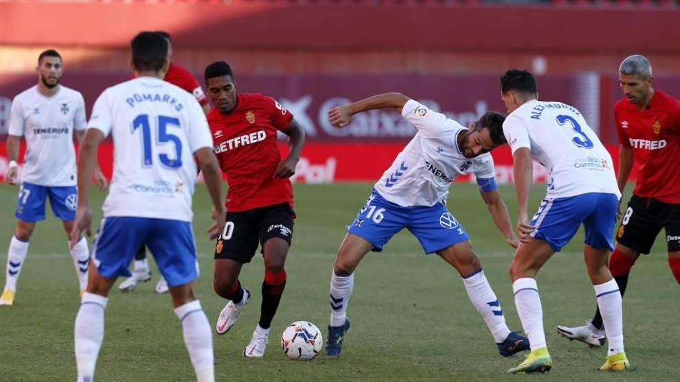 Aitor y Murillo en disputa por un balón