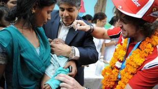 ernando Alonso en una visita a India el 27 de octubre de 2011: vacunó...