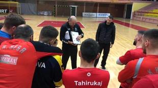 El técnico español Javier Cabanas, durante un entrenamiento con el...
