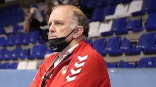 El técnico español Javier Cabanas, durante un partido con el Besa...