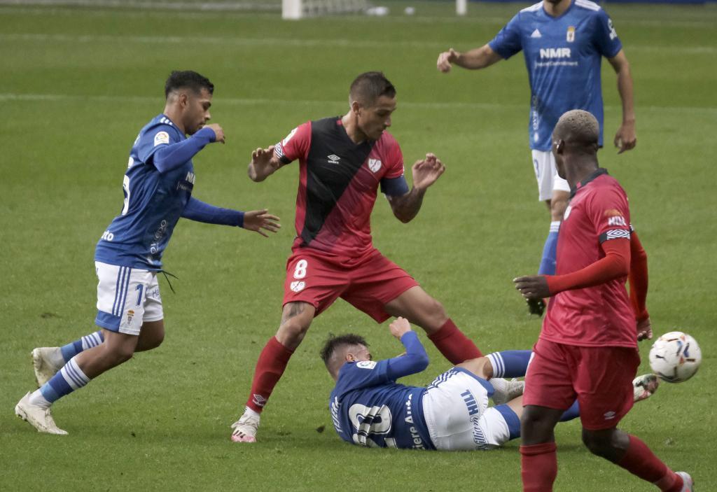 Nahuel y Trejo disputan un balón con Tejera en el suelo
