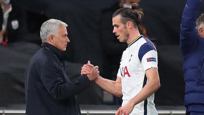 Bale y Mourinho se saludan tras la sustitución del galés.