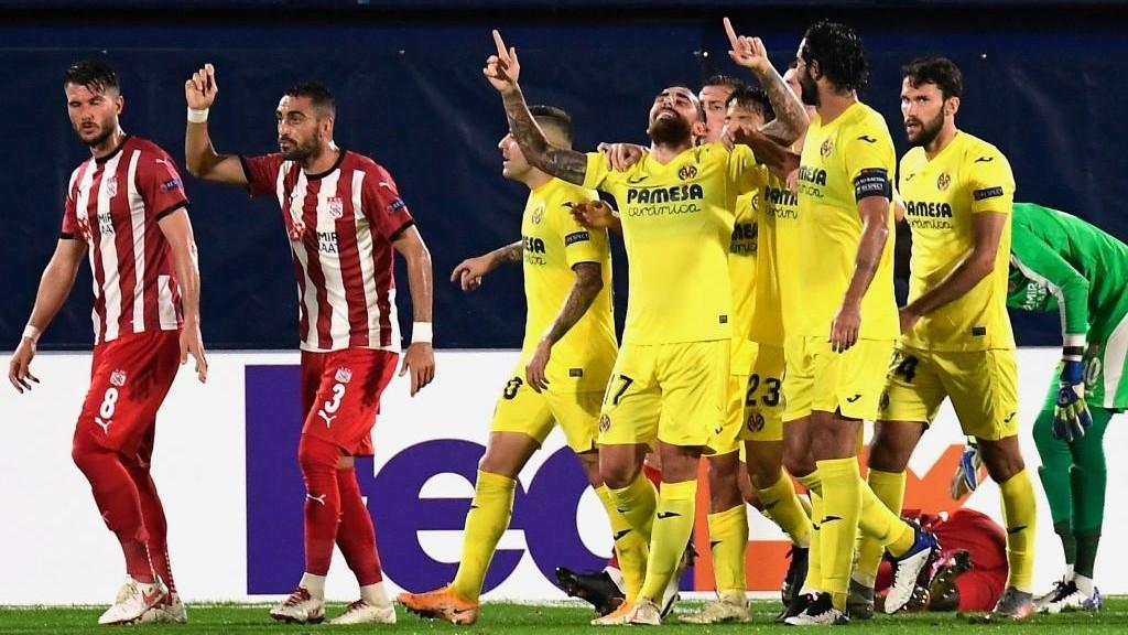 Paco Alcácer celebra el primero de los dos goles conseguidos ante el...