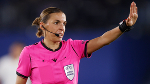 Stéphanie Frappart en el duelo entre Leicester y Zorya.