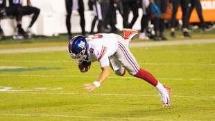 ¡De risa! El quarterback de Gigantes se cae solo cuando está a punto de anotar tras recorrer 80 yardas