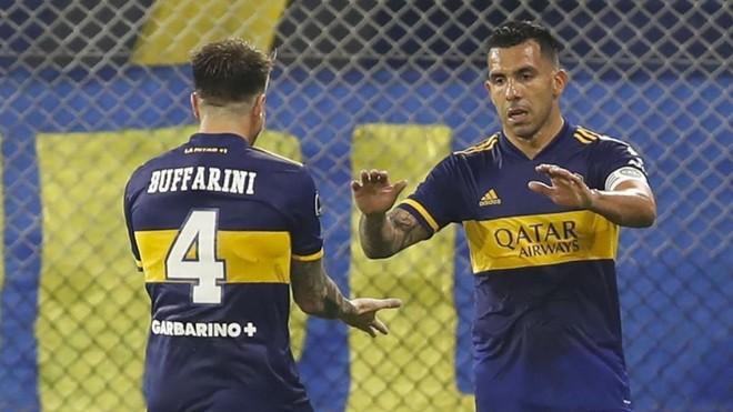 Tévez celebra con Buffarini uno de los dos goles que marcó ante el...