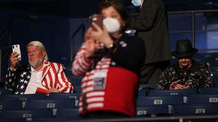 John Daly, a la izquierda, sin mascarilla en el debate presidencial...